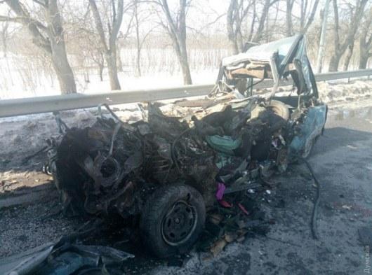 Кошмарная авария под Одессой: легковушка влетела вфуру, умер шофёр